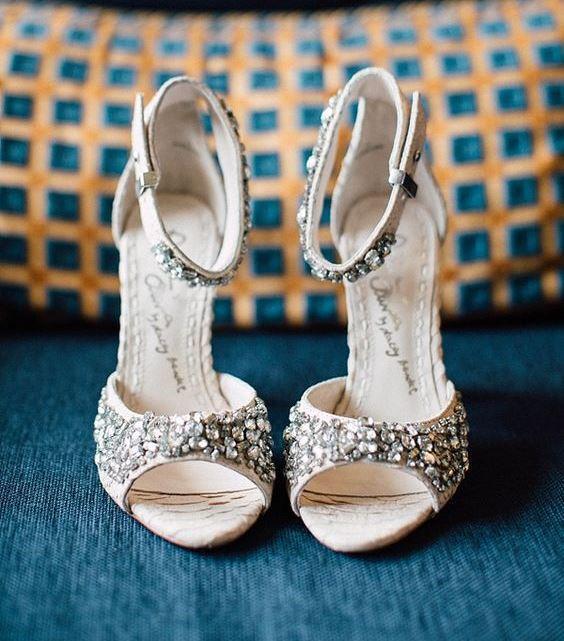 Gelinliğinizi seçtikten sonra düğüne kalan süre zarfında yapılacak en zevkli alışverişlerden biri de gelinlik için ayakkabı modeli seçimidir. Kafanızda hâlâ bir model belirleyemediyseniz bu gelin ayakkabıları size ilham kaynağı olabilir. İşte 2016 yılının enfes gelin ayakkabı modelleri...