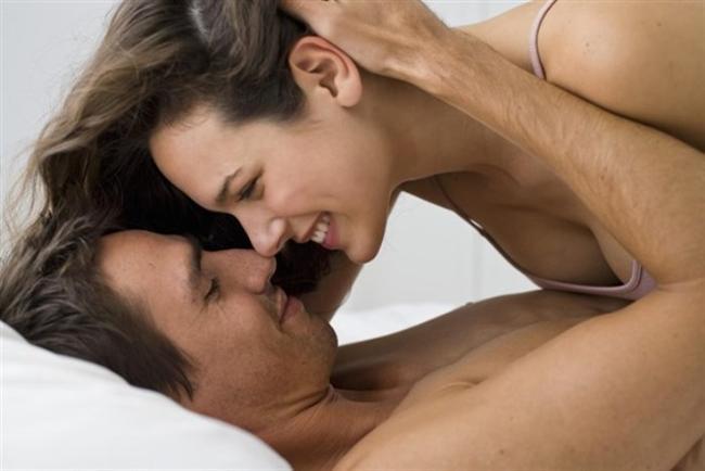 """Cezalandırmıyorlar  Mutlu çiftler partnerlerini asla """"sevişmemek"""" yoluyla cezalandırmıyor. Böylece seksi bir güç savaşına dönüştürmüyorlar. Bu hale geldiğinde bir süre sonra iki taraf da seks istemez oluyor. Seks diyeti ile cezalandırmak yerine bir dahaki sefere ona kızdığınızda kendinizi sözcüklerinizle ifade etmeniz en iyisi."""