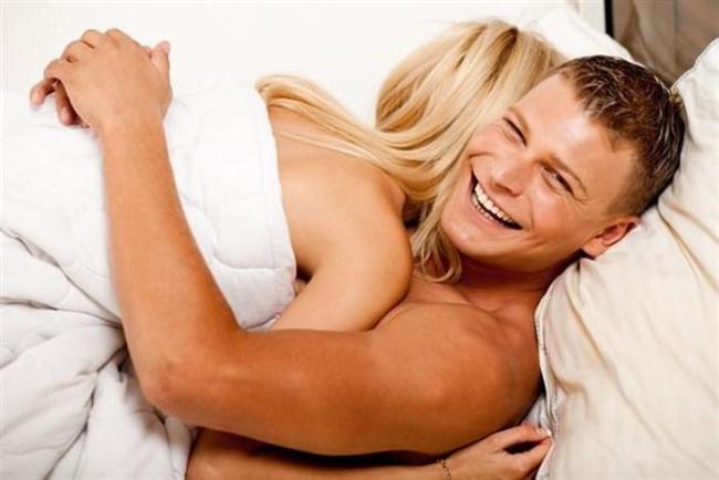 Güveniyorlar  Sağlıklı bir ilişkinin yapı taşlarından biri de güven… Birbirine güvenmenin yansıması yatakta kendini gösteriyor. Düşünsenize gün içinde kafanızı kuşkular doldurmuşken akşam aynı kişi ile çırılçıplak yatağa girmeyi kim ister? Özellikle kalbi ve kafası rahat olan bir kadın, yatağa duygularını da götürdüğü için kendini sekse daha çok veriyor.