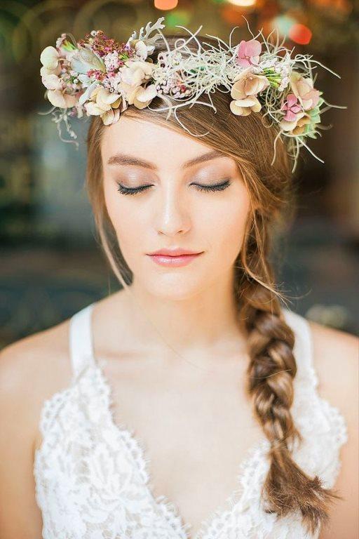 Tercihinizi kır düğününden yana kullanacaksanız gelin taçlarında çiçekli modeller düğününüzün vazgeçilmezi olabilir. Rengarenk ve cıvıl cıvıl bu gelin taçlarını düğününüze dahil etmeye ne dersiniz?