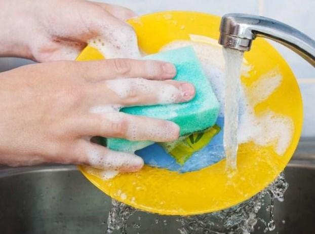 """Tırnakların kolay kırılmasının nedenleri  1. Suya çok sokmak, çok bulaşık yıkamak, her gün yüzmek.  <a href=  http://guzellik.mahmure.com/kisisel-bakim/Pratik-Bilgiler-Tirnak-Uzatmak-icin-Kur_1100798 style=""""color:red; font:bold 11pt arial; text-decoration:none;""""  target=""""_blank""""> Pratik Bilgiler: Tırnak Uzatmak İçin Kür"""