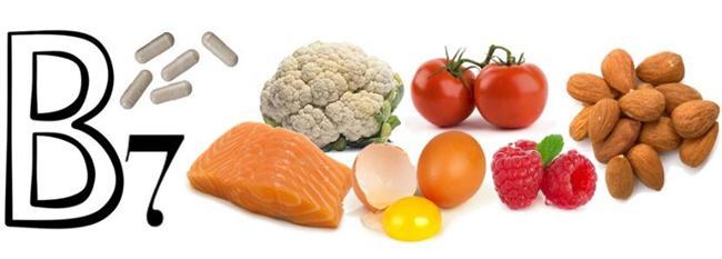 Tırnak kırılmasından en çok sorumlu tutulan vitamin, B7 vitamini (ya da H vitamini) yani BİOTİN'dir. Normal beslenen bir kişide kolay kolay biotin eksikliği olmaz. Biotin saç dökülmesi ve tırnak kırıklarında önerdiğimiz bir preparat olmakla birlikte faydalı olduğuna dair elimizde kesin bir kanıt yok. Bu nedenle kapsül yutmak yerine besinlerle doğal yolla alınması daha doğru olacaktır. Erişkin bir insanın günde 30 mikrogram biotin alması gerekir. 5 gram fındıkta 4.1 mikrogram biotin vardır.