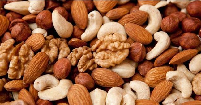 """Günde bir avuç badem/fındık/ceviz üçlüsünden birini veya karışımını yiyen bir insan biotin ihtiyacını fazla fazla karşılamış olur. Kabuklu kuruyemişlerin haricinde ayçiçeği çekirdeği, kabak çekirdeği, yer fıstığı, pazı bitkisi, maydonoz, nohut, mısır, susam gibi besinler, meyve ve sebzeler biotin içerirler.  <a href=  http://guzellik.mahmure.com/kisisel-bakim/Pratik-Bilgiler-Tirnak-Uzatmak-icin-Kur_1100798 style=""""color:red; font:bold 11pt arial; text-decoration:none;""""  target=""""_blank""""> Pratik Bilgiler: Tırnak Uzatmak İçin Kür"""