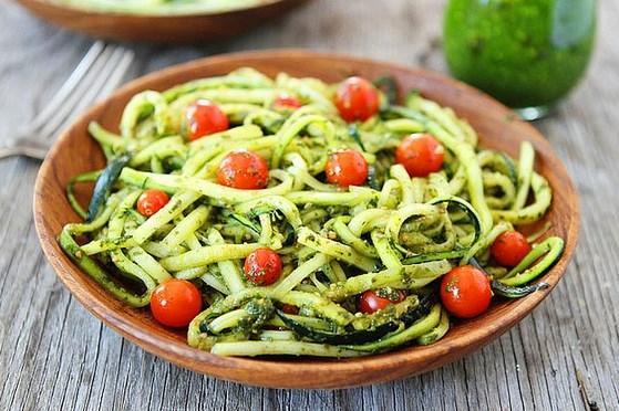 13. Makarna yiyemiyorsak biz de kabak halini yaparız!   Kabaktan makarna yapmaya ne dersiniz evet aynı spagetti gibi şerit şerit kesip daha sonra soslarla tam da makarna gibi yenilebiliyor!