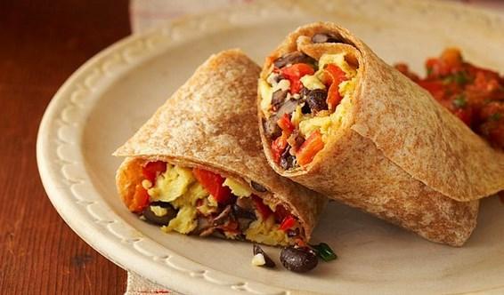 14. Benim zamanım yok ki diyenleri böyle alayım!   Spor sonrası alınması gereken en önemli şey protein! Bu sefer zamanı az olup kahvaltısız kalanlara sesleniyorum. Hemencecik yumurtayı çırpın ve bir omlet yapın. Daha sonra tam buğday lavaşın içine omletinizi, peynir, zeytin, domates ekleyip kapatın yolda şipşak ve sağlıklı bir yemek olsun!