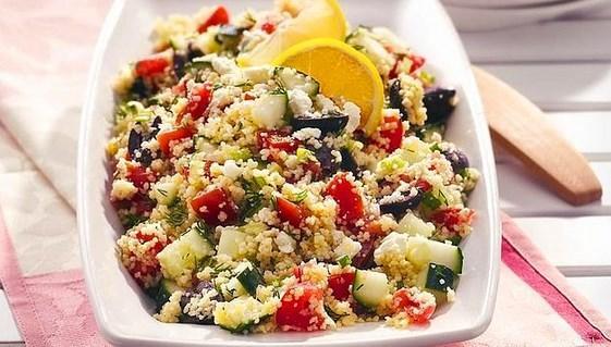 3. Hem doyurucu hem besleyici: Kuskus   Bir salatadan beklenen iki şey vardır biri doyurucu olması diğeri de lezzetli olması. Kuru kuru ot yemeyi sevmeyenlerin gözlerinden kalpler çıkaracak salata işte bu!