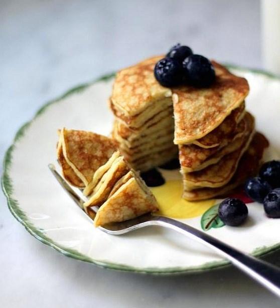 7. Sadece iki malzeme ile spordan sonra kahvaltınızı çoşturabilirsiniz!   Buradaki pankekler için size gereken sadece yumurta ve muz. Bol proteinli ve lifli bir kahvaltı isteyenler buna bayılacak!