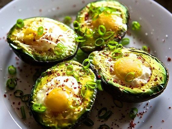 9. Avokado sandığınızdan daha faydalı ve yumurta ile mükemmel gidiyor!   Avokado sabah kahvaltısında almanız gereken bütün yararlı yağları ve lifleri barındırıyor. Tam ortasına bir yumurta kırarak fırına verirseniz sonuç bir efsane oluyor!