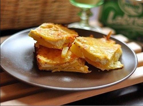 Patates Graten  Malzemeler:  250 gr krema (sıvı), 1 kg patates, 2 adet yumurta, ayçiçek yağı, 1 su bardağı süt, kaşar peyniri, karabiber, tuz  Patates Graten tarifi  Öncelikle patatesleri soyup yuvarlak ve ince şekilde doğrayın. Doğradığınız patatesleri tuz ve yağ ile iyice karıştırıp fırın tepsisine boşaltın. Süt, yumurta, krema ve kara biberi çırpıp patateslerin üzerine boşaltın (patateslerin seviyesine gelecek. Az olduğunu düşünüyorsanız biraz daha süt ekleyebilirsiniz)fırında patatesler pişince üzerine kaşar peyniri rendeleyin. 5 dakika daha pişirip servis yapın. Arzuya göre üzerine pul biberde ekebilirsiniz.  Afiyet olsun...