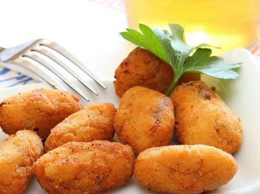 Hiç kimsenin hayır diyemeyeceği patatesle yapılabilecek en güzel tarifler...  Patates Köftesi  Malzemeler:  * 6 orta büyüklükte patates, 4 yumurta(2 tanesi köfte hamuruna,2 tanesi köfteyi kızartırken kullanılır.), 5 kibrit kutusu kadar beyaz peynir(150 gr), Yarım demet maydanoz, 2 – 3 çorba kaşığı un, tuz ve karabiber, Kızartmak için bir su bardağı zeytinyağ veya ayçiçek yağı  Patates Köftesi Tarifi  1- Patatesler haşlanıp rendelenir.  2- Soğuyunca 2 yumurta,tuz,karabiber konup yoğrulur.  3- Yumurta büyüklüğünde parçalara ayrılıp,avuç içinde kayık gibi açılır,içine peynir maydanoz karışımı konup kapatılır.Hafifçe sıkılıp şekil düzeltilir.  4- Önce una,sonra çatalla çarpılmış yumurtaya batmlıp kızgın yağda pembe kızartılır.  5- Fazla yağını alması için delikli kepçe ile kağıt üzerine çıkarılır.  NOT :  1- Peynir yerine kıymalı iç de konabilir(Kıyma, soğan,maydanoz,tuz,karabiber karışımı.)  2- iç koymadan şekil verilip,un ve yumurtaya batırılıp kızartılırsa «Patates Kroket» olur.  Kaynak Fotoğraflar: Google yeniden kullanım