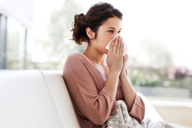 • Alerjik rinit  'Saman nezlesi' olarak da adlandırılan alerjik rinit, burun mukozasının alerjik nedenlerle  iltihaplanması anlamına geliyor. Ev tozu ve küf mantarları derken yıl boyunca da görülebilen alerjik rinit ilkbaharda havada uçuşan polenler nedeniyle artış gösteriyor. Hapşırık, burun akıntısı, burun tıkanıklığı, burun kaşıntısı, öksürük, geniz akıntısı, koku almada güçlük, gözlerde kaşıntı, sulanma ve kızarıklık alerjik rinitin belirtileri arasında yer alıyor. Alerjik riniti olanların yüzde 30'unda alerjik astım da görülebiliyor. Bu nedenle 'bahar alerjisi' deyip geçmemek düzenli tedaviye başlamak şart. Alerjenlerden korunmak ve polenlerin yoğun olduğu yerlerden uzak durmak, gerektiğinde maske kullanmak da önemli.