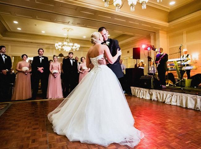 Düğün dansı, düğünlerin en unutulmaz anlarından biri… Gelin ve damat için nikah töreninden bile heyecanlıdır ilk dans…Düğünlerin en özel anlarından biri de düğün dansı. O unutulmaz anda çalan şarkı sizin şarkınız olur artık. Peki hangi şarkılar ilk dansa uygun? En sevilen düğün dansı şarkıları neler?   İşte ilk dans müziğini arayanlar için en romantik düğün dans şarkıları...
