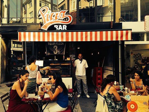 Pizza Bar  Pizzaları dilim olarak servis ediyorlar. İki dilimden sonra doyabilirsiniz. Çünkü dilimleri çok büyük. Pizzalar yıllarca İtalya'da çalışmış olan şefin ellerinden çıkıyor. Rainbow Pizza, Quatro Formaggi, Popeye gibi her yerde bulunmayacak pizza türleri mevcut.  Adres: Caferağa Mahallesi, ModaCaddesi, No 54, Kadıköy, İstanbul