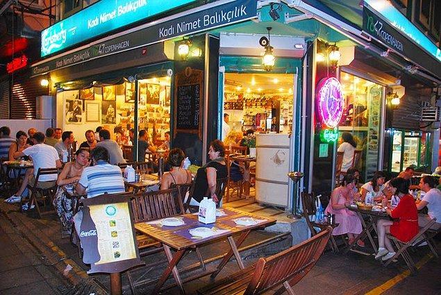 Kadı Nimet Restaurant  Kalabalıktan yer bulabilirseniz Kadıköy'ün en iyi balıkçılarından birinde yemek yiyeceksiniz demektir. Özellikle istavriti muhteşemdir. Terası ve manzarası güzeldir. Mezelerden patlıcan salatası, fava, levrek dolma, peynir ezmesi ve portakallı enginarı çok sevilir.   Adres: Caferağa, Serasker Cad./tarihi Balıkçılar Çarşısı 10/A, Kadıköy/İstanbul