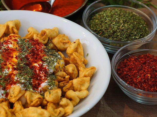 Törek Mantı & Çiğbörek  Kadıköy'de hatrı sayılır mantıcılar arasındadır. Başta çiğ böreği olmak üzere hem klasik mantısı hem de fırınlanmış mantısı gayet lezzetlidir. Samimi bir işletme olması müşteri devamlılığı için en olumlu özelliklerden. Gittiğinizde memnun kalacağınızdan eminiz.  Adres: Caferağa Mahallesi, Dr. Esat Işık Caddesi, No 21/F, Kadıköy, İstanbul