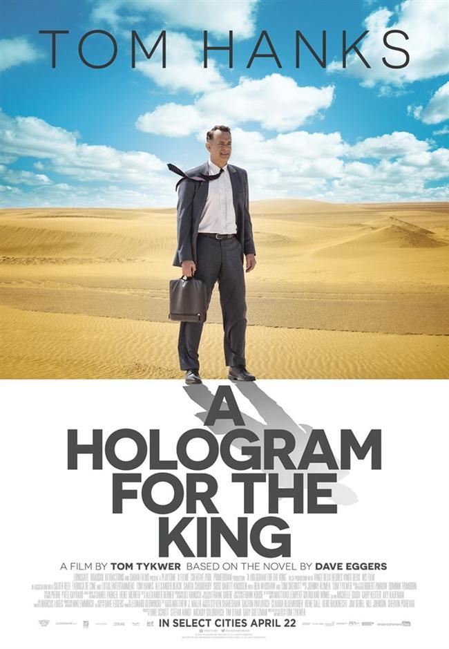 Kral İçin Hologram  Alan Clay, 54 yaşında Amerikalı bir işadamıdır. İşleri hiç de yolunda gitmemektedir ve iflasın eşiğine gelmiştir. Bu durumdan kurtulabilmek için Anthony, gençlerden oluşan bir takımla birlikte Suudi Arabistan'a gider. Anthony orada IT endüstrisi üzerine girişim fikirlerini paylaşmaya çalışır. Ama onun geleneksel düşünceleri artık yeterince karlı değildir. Kral Abdullah'a sunulmak üzere, geliştirdikleri yepyeni Amerikan IT teknolojisini tanıtmak üzere ekip bir araya gelmiştir. Bu teknoloji sayesinde şehri ekonominin merkezine dönüştürebileceklerdir. Kral Abdullah'ı gergin bir şekilde beklerken bir yandan da Suudi Arabistan'ın iklim koşullarına uyum sağlamaya çalışan ekibi bir sürpriz beklemektedir: Çinliler daha ucuza mal edilebilecek bir çözüm önermişlerdir. Ekibin bunu öğrenmesiyle rekabet başlamış olur.