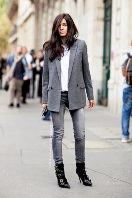 Kumaş bir sigaret pantolon, çizgili bir tişört ve üzerine alacağınız blazer ceket çok şık bir görüntü oluşturacaktır. Böyle bir kombini spor ayakkabılarınızla tamamladığınız takdirde, gününüzü oldukça konforlu geçireceğiniz garanti.