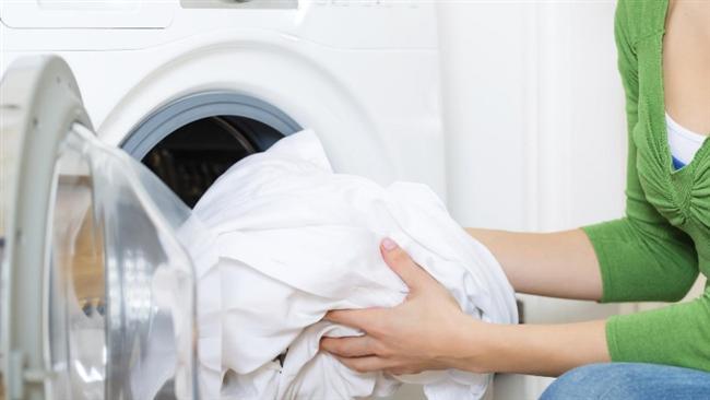 Acilen kuruması gereken çamaşırlarda bu hafta!  Otel odasında ya da evde ailen bir tişörtünüzü yıkarsınız. Bir yerine bir şey dökülmüştür orayı çitilemişsinizdir. Ama kurumak bilmez ya. Bu durumu hızlandırmak için kıyafetinizi kuru bir havluya yukarıdaki gibi sarın ve yuvarlayıp üzerine basın. Bütün fazla nemi alacaktır.