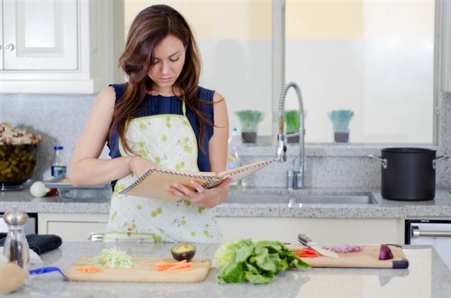Mutfakta ne kadar usta olursanız olun, bazı hatalar yapıyor olabilirsiniz. Yemek yaparken yapılan en temel hataları sizler için derledik. İşte mutfakta en çok yapılan 10 hata...  Tarifi baştan sona okuyun  Eğer bir yemeği tarife göre yapacaksanız, işe başlamadan önce tarifi baştan sonra önce okuyun. Çünkü yemeği yaparken, bazı malzemelerin veya aletlerin olmadığını görebilirsiniz. Özellikle eksik malzemenin olması yapacağınız yemeğin lezzetini olunsuz olarak etkileyebilir.