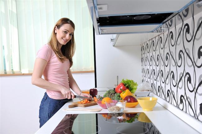 """Doğru kesme tahtası kullanın  Küçük kesme tahtaları şirin ve sevimlidir. Ancak küçük kesme tahtası yemek yaparken çok uygun değildir. Kesme tahtanız yemek yaparken her zaman büyük olmadır. Böylece dilimlemek zorunda olduğunun malzemeleri rahatlıkla hazırlamanıza imkan sağlar.  <a href=  http://foto.mahmure.com/yasam/bilinmesi-gereken-27-parlak-fikir_40285   style=""""color:red; font:bold 11pt arial; text-decoration:none;""""  target=""""_blank"""">Bilinmesi Gereken 27 Parlak Fikir"""