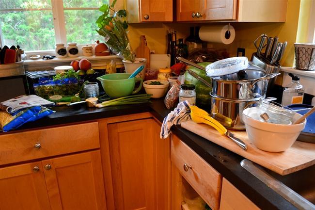 Çalışırken dağınık olmayın  Mutfağınızda çalışırken dağınık olmamaya dikkat edin. Dağınıklık hem yemeğinizi organıze etmekte hem de birbiriyle temas etmemesi gereken bazı malzemeleri korumak için faydalı olacaktır. Bunun için kesme tahtanızın yanında çöp kovanızın bulunması mutfakta çalışırken dağınıklığı önleyecektir.