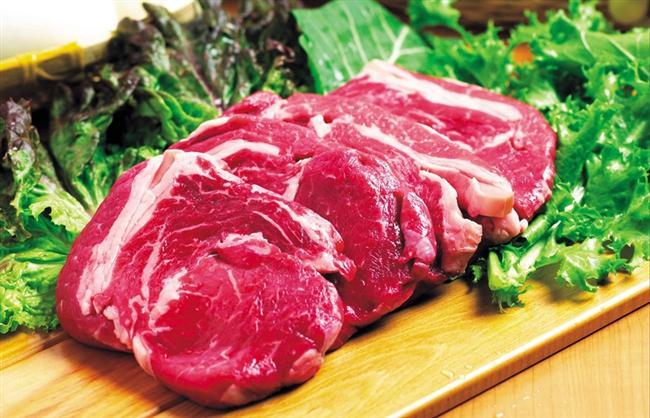 Buzdolabından çıkardığınız eti pişirmeye başlamayın  Et, balık veya tavuk pişirecekseniz, ister ızgara ister fırın olsun, buzdolabından çıkararak direk olarak pişirmeye başlamayın. Eğer böyle yaparsanız, etin dışı pişecektir ama içi çiğ kalakacaktır. Et ve balık gibi gıdaları buzdolabından çıkarın ve oda sıcaklığında 15-20 dakika bekletin. Ardından pişirme işlemine başlayın. Oda sıcaklığındaki etler, her zaman eşit oranda pişer.