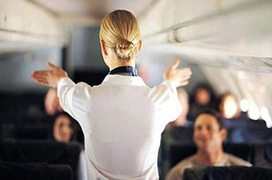 KULAĞINIZI AÇIK TUTUN  Uçakta yapılan zorunlu uçuş güvenliği bilgilendirmelerine dikkat edin. Belki aynı konuşmayı 100 kez dinlediniz, belki ezberlediğinizi düşünüyorsunuz. Ama uçuş güvenliği bilgilendirmeleri olası bir kaza durumunda acil çıkış kapılarını kolayca bulmanızı ve güvenlik malzemelerine ulaşmanızı sağlayabilir.