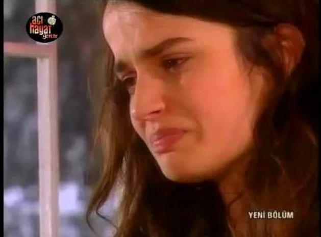 Acı Hayat dizisinin ağlamaktan gözünde yaş kalmayan Nermin'i!  Nermin fakir bir genç kız olarak, zengin ve kötü kalpli kişilerin oyununa getirilip sevdiğinden ayrı düşürülür. Zorla birisiyle evlendirilir; cinsel, fiziksel ve psikolojik şiddeti her türlü yaşar. Ama dizi boyunca ağlamaktan başka tepki vermez!   Kendisine üzülürken, bir taraftan da kötü kalpli zenginlere bir kere bile bir Osmanlı tokadı patlatmamasına çok içerledik!