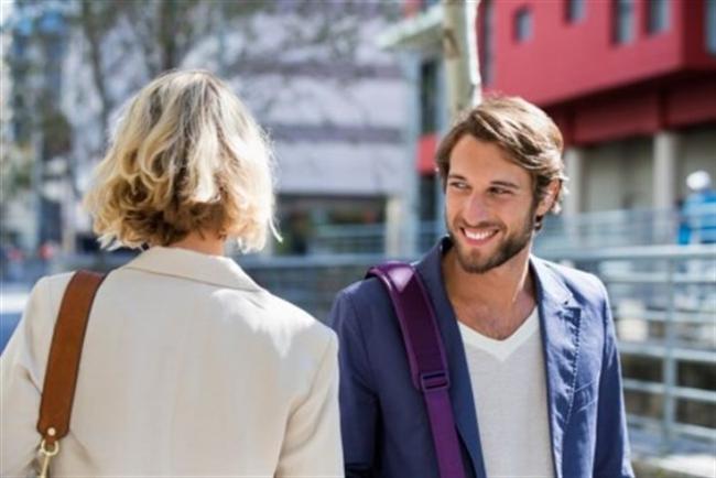 Hiç tanımadığınız bir adamla göz göze gelmek  Neden işe yarar?: İlk kez göz göze gelindiğinde, bu son derece etkileyici olabiliyor. Heyecanlanıyorsunuz çünkü göz göze gelmek kafalarda bir anda cinsel bir soru işaretini de çağrıştırıyor.  Bunu deneyin: İster şaka yollu ister bilerek olsun; bir kol teması ile işe başlayabilirsiniz. Bu, bir yabancıda ufak da olsa etkileşim yaratacaktır.
