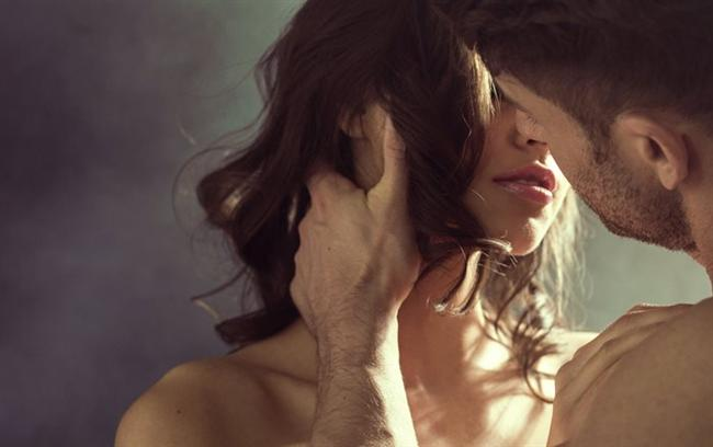 """Erkekler seksi daha çok sever  Bu cümlenin 'doğru' olduğunu düşünüyorsanız kaybettiniz! Çünkü erkeklerin seksi kadınlardan daha fazla sevdiği yanlış bir inanış. """"Peki erkekler neden hep daha istekli görünüyor?"""" derseniz; çünkü bütün gün iş, ev hayatı derken kadınlar daha fazla yoruluyor ve evde boş kaldığında tek yapmak istediği uyumak ya da dinlemek oluyor. Aynı zamanda kadınların cinsel istekleri hormonlarıyla alakalı. Ayın malum günlerinden önce ve sonra daha istekli olmak normal. Tabii bir de her zaman ilk adımı erkeğin atmasını beklemek de erkeklerin daha istekli görünmelerine neden oluyor. Fakat bu durum sizi aldatmasın çünkü istek konusunda onların sizden çok farkı yok."""