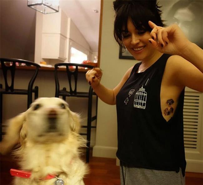 Ezgi Mola  Hayvanlara düşkünlüğü ile bilinen Ezgi Mola, Kuki ve Suşi Mola isimlerini verdiği köpeklerinin fotoğrafını kaburgasına (rip tattoo) dövme yaptırdı. Sık sık köpekleriyle paylaşım yapan ve sokak hayvanları için de yardım çağrısında bulunan Mola, yeni dövmesinin mutluluğunu takipçileriyle paylaştı