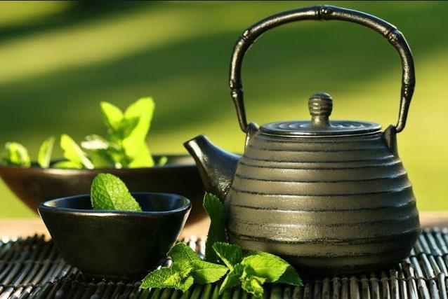 Yeşil çaylar; aynı bitkiden geliyor olsalar bile siyah, beyaz ve kokulu çaylara göre antioksidan yönünden daha zengindir. Ayrıca yeşil çayın içerdiği kafein diüretik etkisi olması nedeniyle şişkinliği hafifletmek için kullanılabilir
