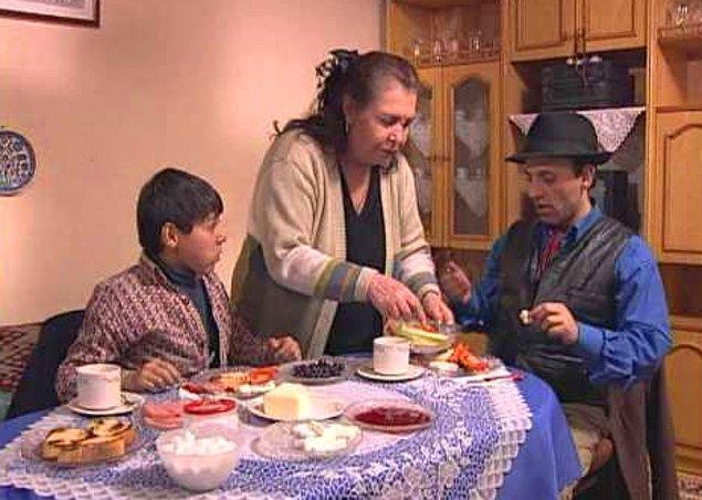 Ciguli - Bizim Mahalle  'Çalgısı Karısı Binnaz Binnazzz'  diyerek uzun süre gündemi meşgul eden ve 2014 yılında aramızdan ayrılan Ciguli de bir dönem bu popülerliğini televizyon ekranına taşımıştı. Kaynak: Onedio.com