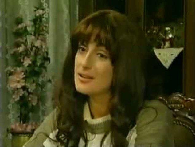 Muazzez Ersoy - Kalbimi Kıra Kıra  Şarkısı ile aynı adı taşıyan dizide Muazzez Ersoy da bir dönem ekran da boy gösteren isimlerden birisi olmuştu.