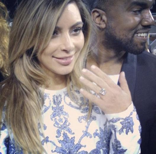 Ünlü şarkıcı sonra da 15 karatlık Lorraine Schwartz tasarımı elmas yüzüğü Kardashian'ın parmağına taktı. Çiçeği burnunda anne Kardashian, nişan yüzüğünün fotoğrafını Instagram'daki sayfasında takipçileriyle paylaştı.   Çift üç yıl önce İtalya'da evlendi.