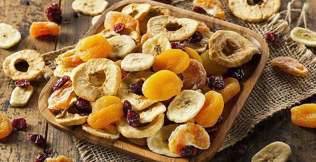 Kuru Meyve: Kuru meyveler karbonhidrat ihtiva eder. Aynızamanda kuru meyveler yapışkanlığı sebebiyle ağız içinde daha uzun süre kalır. Sürekli kuru meyve yiyip dişlerinizi fırçalamamanız dişlerinizin çürümesine sebep olur.