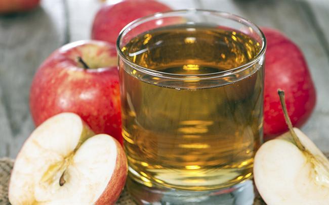 Elma Sirkesi  Elma sirkesi doğal bir anti-bakteriyeldir ve dolayısıyla aynı zamanda vajinal kokuya karşı mücadele için kullanılabilir. Aslında, elma sirkesi katılarak banyo yapılması vajinal kokulardan kurtulmanın en basit yollarından biridir. Bir küvet içine ılık su ve biraz elma sirkesi ekleyin. Kendinizi bu suda en az yarım saat bekletin. Bu yöntem kokuya neden olan toksinler ve bakterileri defetmeye yardımcı olacaktır. Ayrıca, vajinal floranın asidik kalitesini geri kazandıracak yüklemek için yardımcı olacak ve daha fazla koku olmayacaktır. Bu uygulamadan dört-beş kat hızlı sonuç almak için bir hafta kadar sürdürün.