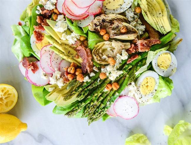 Bütün sebzeleri bir tabakta toplamak bu olsa gerek!  Özellikle bir mangal günü için ideal bir salata kendisi. Tabii ki size klasiklerinizden vazgeçin demiyorum ancak bunu da denerseniz kesinlikle pişman olmayacaksınız.   İlk olarak avokadoları dilimleyin. Kuşkonmazları buharda biraz pişirin ya da ızgarada pişirin. Yumurtaları haşlayın. Şuradaki gibi nohut atıştırmalıklarından yapın.  Daha sonra enginar kalplerini parçalara ayırın. Turpları olabildiğince ince doğrayın. Maruların göbeklerini çıkarın. Daha sonra bütün malzemeleri bir tabağa yerleştirin. Üzerine nohutları ekleyin ve zeytinyağı ile limon gezdirin.