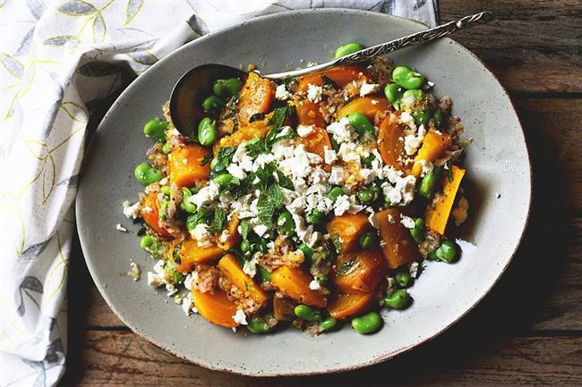 Tazecik baklalardan salata yapmaya ne dersiniz? Bu seferki bir de pancarlı!  Evet bu turuncu gördükleriniz sarı pancar! Bu salata değişik sebzelerin bir çatalda birleşmesini sağlıyor!  Pancarları biraz tuz ve zeytinyağı ile fırına atın, yumuşayana kadar pişirin. Daha sonra taze baklaları, pancarları bir kaba alın üzerine taze nane, tulum peyniri ve ceviz ekleyin.