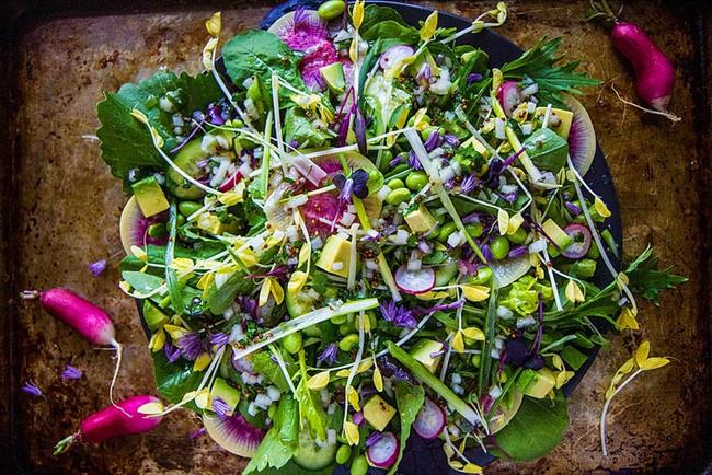 Rengarenk bir salata ile baharı midenize davet edebilirsiniz...  Turplar, taze bakla, avokado ve daha niceleri ile baharın bütün lezzetlerini bir araya toplamaya ne dersiniz?  Minik turpları karışık yeşillikleri, avokadoları ve taze baklaları bir kapta toplayın ve üzerine zeytinyağı, hardal, limon ile sos yapın.  Kaynak: Onedio