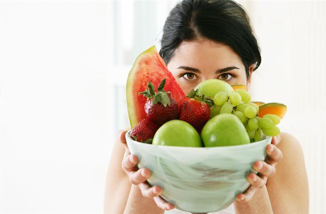 Meyve yemek   Dışarıda bir restoranda veya evlerimizde yemek yerken genellikle yemeğin hemen üstüne meyve ikram ediyoruz. Bu yaygın davranış aslında hatalı. Meyveler kolay sindirilebilen yiyecekler değiller ve yemeğin ardından yendiğinde doğru bir şekilde sindirilmeleri mümkün olmuyor. Meyvenin faydalarını almak yerine yemekle karıştığı takdirde sadece şekerini alıyor ve bu da kilo yapmaktan başka bir işe yaramıyor. Meyvenin faydasını en iyi şekilde alabilmek için en iyisi meyveleri sabah veya aç karnına tüketmek.