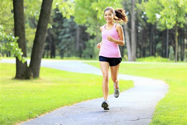 Yürüyüşe çıkmak  Yürümek en sağlıklı ve en hızlı kilo verdiren egzersizlerden biri ancak yemeğin hemen ardından tok karnına yapılan bir yürüyüş pek de sağlıklı değil. Vücudunuz henüz yediklerini sindirmeye çalışırken yapılan yürüyüş sindirimin yavaşlamasına ve reflüye yol açıyor. En iyisi yürüyüş yapmak için yemekten sonra en az yarım saat beklemek, böylece kalori yakmayı da hızlandırabilirsiniz.