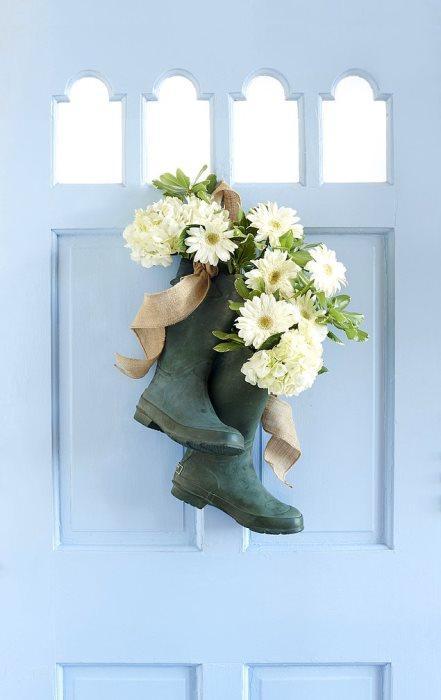 Merak etmeyin kokmuyorlar!  Evdeki miniğin yağmur botları durumu daha da sevimli hale getirebilir. Artık kullanılmayan plastik yağmur botlarının içlerine baharı getirip kapınıza asın. Emin olun sandığınızdan çok daha güzel olacak.