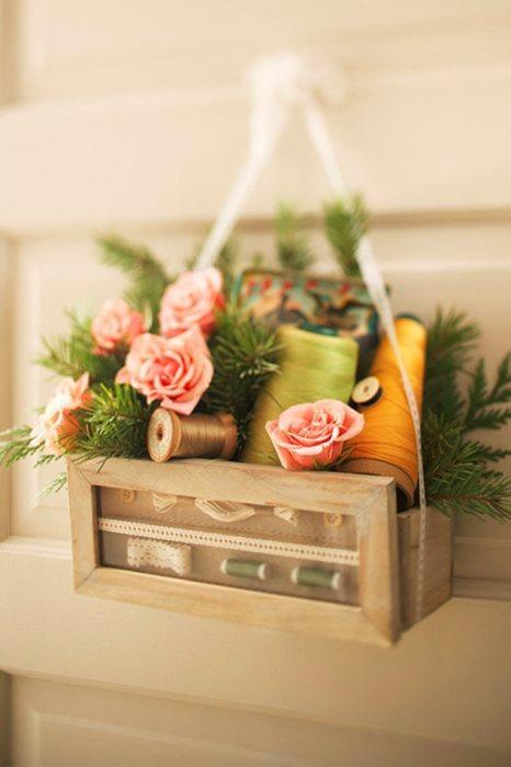 Çiçek sevmeyenler burada mı?  Sadece çiçeğe boğulmak istemezseniz evdeki yapma çiçek ve süsleri kullanarak kapınıza baharı yansıtabilirsiniz.