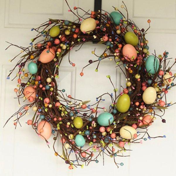 Anne kuşlar burada mı?  Kuş yumurtaları her zaman dünyanın en minnoş şeyi olmuştur benim için. Dilerseniz alçı bir kalıptan dilerseniz de strafordan yapacağınız yumurtaları pastel renklere boyayıp dağınık duran dalların üzerine yerleştirebilirsiniz.