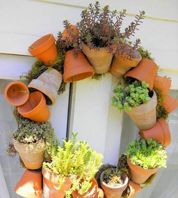 Minik saksılarınızı balkondan kapıya taşımanın tam zamanı!  Minik plastik ya da toprak saksılarınızı bir tele takın. Bazılarını boş bırakın bazılarını da bitkilerle doldurun.