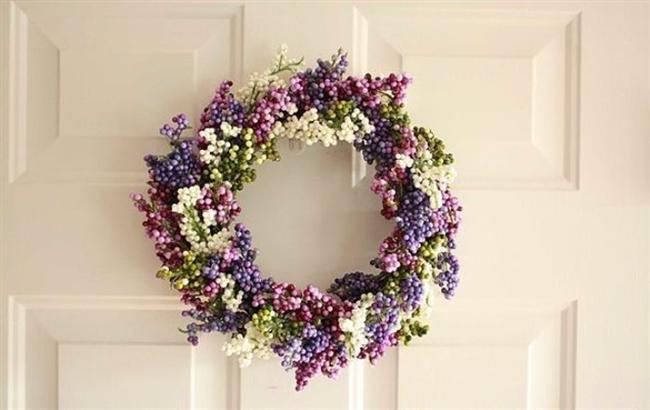 Daha açılmamış tomurcuklara ne dersiniz?  Açılmamış çiçekler yeni başlangıçları hatırlatır hep! Siz de bu baharda yeni başlangıçlar istiyorsanız açılmamış tomurcukları kullanarak mükemmel bir kapı süsü hazırlayabilirsiniz.