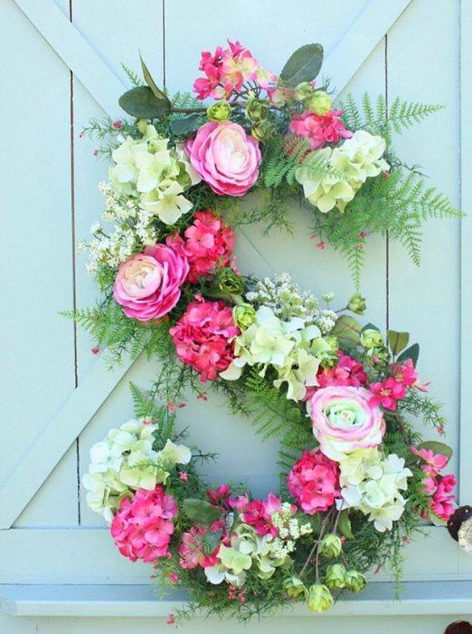 En sevilen kapı süslerinde bu hafta!  Dilerseniz isminizin dilerseniz soyadınızın baş harfini bir strafordan kesin ve çiçekleri üzerine takarak kapınıza renk getirin.
