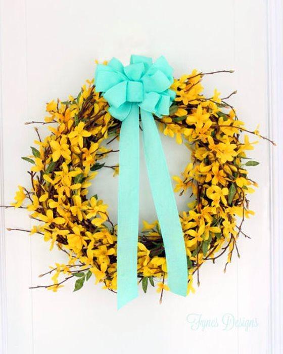 O mis bahar çiçekleri en güzelleri...  Sarı bahar çiçeklerinden güzel enerji vereni var mı ya? Sarı bahar çiçeklerini toplayıp dallara sarın ve aralarını yapıştırın. Daha sonra sardığınız dalları birleştirin ve kurdele ile süsleyin.