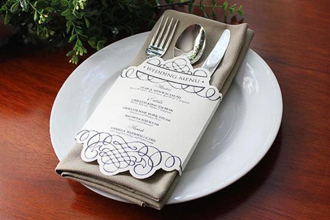 Düğünde en önemli ayrıntılar hep masada olur!  Düğün menünüzü çatal kaşıklarla masaya eklemeye ne dersiniz? Dilediğiniz sadelikte yapabileceğiniz menüler için size tek gereken karton ve şekilli kesen makas. Daha sonrası sizin el becerinize ve hayal gücünüze kalmış...